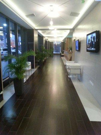 Weston Suites Hotel: Lobby y recepción del hotel