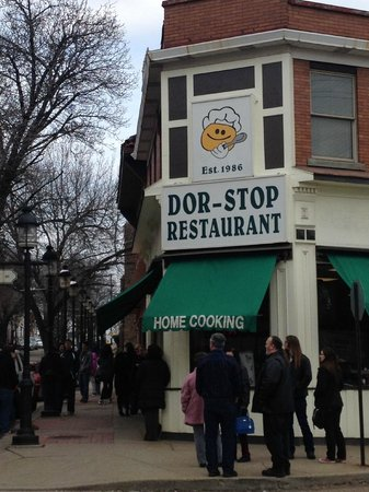 Dor-Stop Restaurant: Small waiting area. Most wait outside