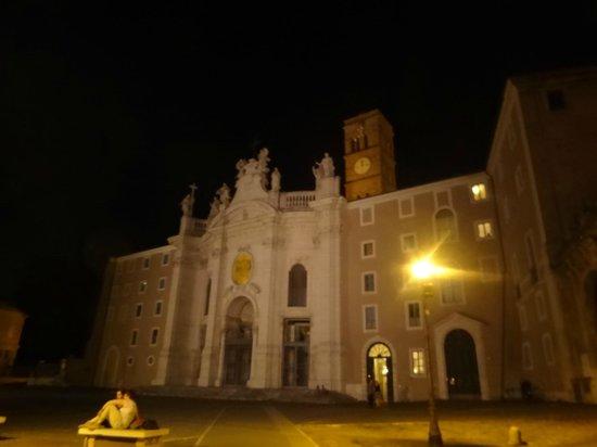 Domus Sessoriana Hotel: fachada de noche