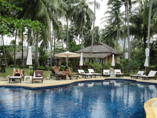 Lipa Lodge Beach Resort: pool area