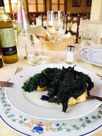 Trattoria Omero: Cavolo nero - черная капуста с чесночком и свежим маслом на поджаренном хлебе