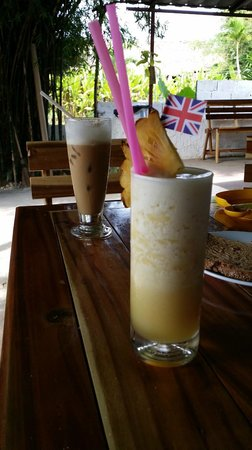 Patty's Secret Garden : Pineapple shake and iced coffee! Mmmm....