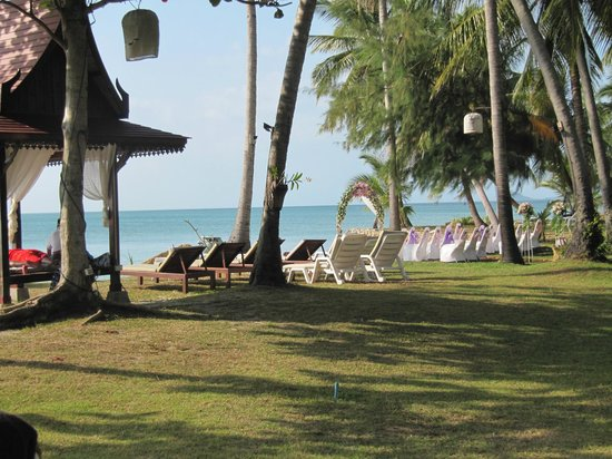 Lipa Lodge Beach Resort: gardens