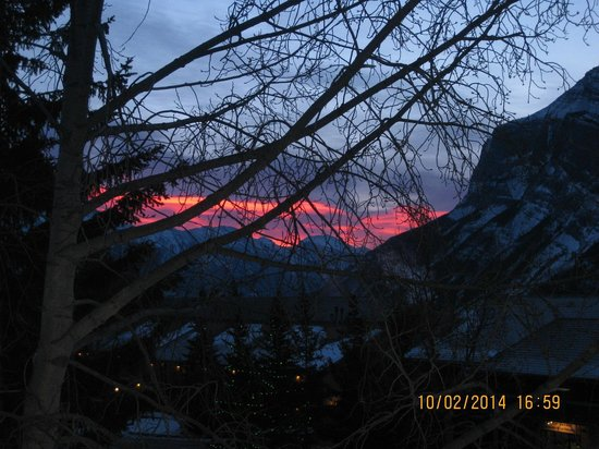Tunnel Mountain Resort: Sonnenaufgang vom Wohnzimmer aus