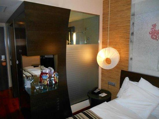 Soho Boutique Hotel : Zimmer - Blick auf Glaswand zw. Dusche und Zimmer