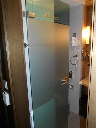Soho Boutique Hotel : Bad - hinter der Glastüre befindet sich das WC