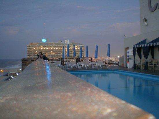 Carlton Tel Aviv: pileta y terraza