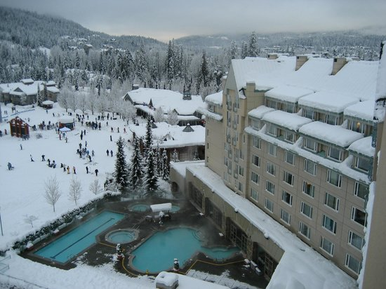 Fairmont Chateau Whistler Resort: Hot bath and swiming area
