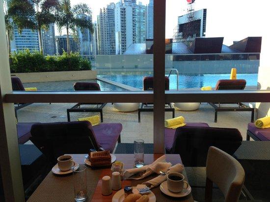 Hard Rock Hotel Panama Megapolis: petit dejeuner face à la piscine
