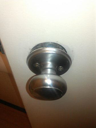 Red Roof Inn Philadelphia Oxford Valley: Bathroom doorknob, easily fixed yet it was left like this.