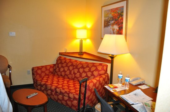 Fairfield Inn & Suites Marshall: Sitting Area In Room