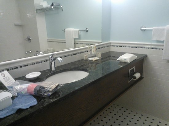 Hume Hotel & Spa: Spacious bathroom - Minnie's Room