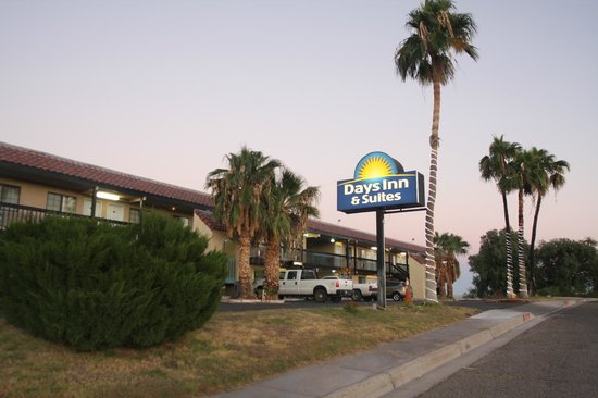 Days Inn & Suites Needles: Entrance