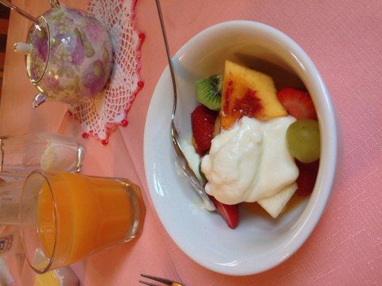 Johnstone's on Oxley: Lovely fresh fruit salad for breakfast.