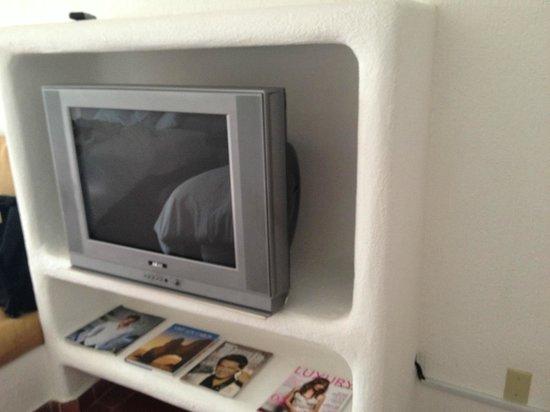 Bahia Hotel & Beach Club: Old CRT TV.