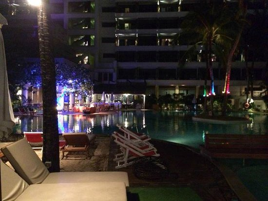 Patong Beach Hotel : Pool at night