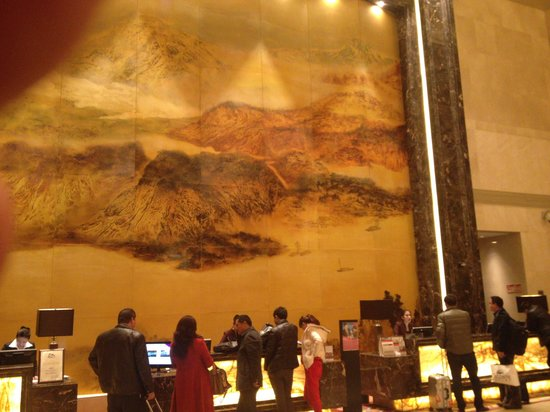 Crowne Plaza Yichang : Patrons dwarfed by 3 Georges painting at reception