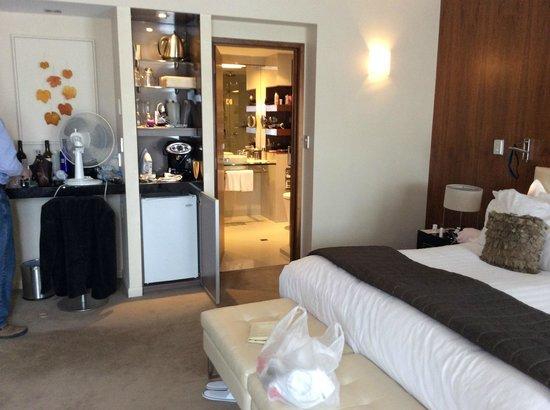 Sofitel Queenstown Hotel & Spa: Looking into bathroom
