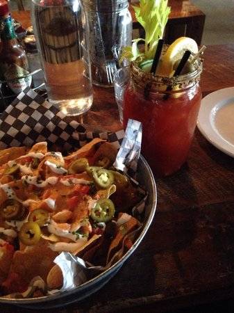 Le Mile Public House: Cesar and veggie nachos!
