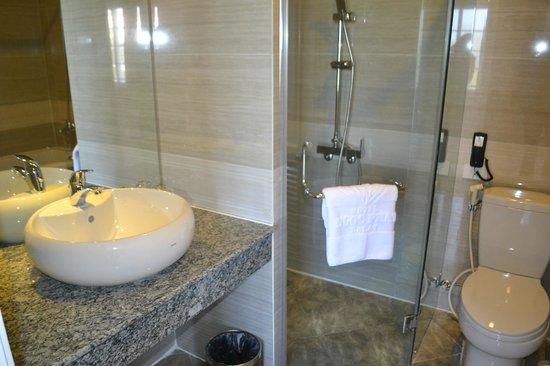 Ngoc Phat Hotel: Bathroom
