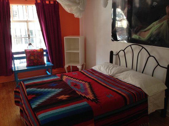 Hostal B&B Dos Fridas y Diego: A festive bedroom