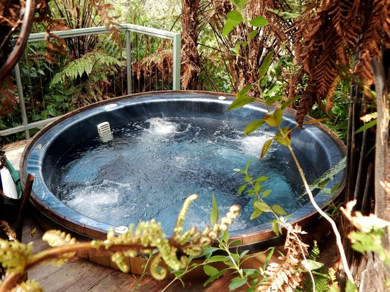 Omau Settlers Lodge: Outdoor Hot tub / Spa