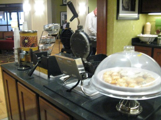 Hampton Inn and Suites Memphis - Wolfchase Galleria: Waffle station