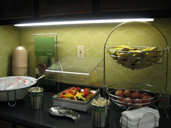 Hampton Inn and Suites Memphis - Wolfchase Galleria: Breakfast fruit station