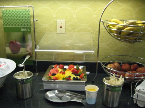 Hampton Inn and Suites Memphis - Wolfchase Galleria: Fruit station