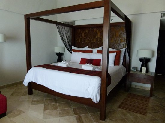 Hyatt Ziva Puerto Vallarta: Our King Size Bed for the Week!!   Awesome Bedding!