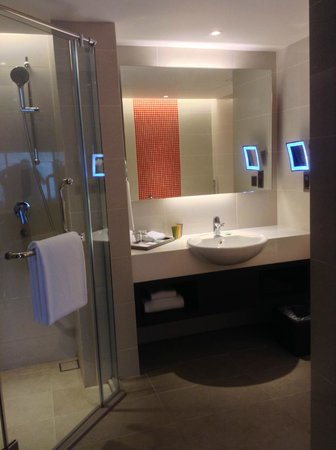Sama-Sama Hotel KL International Airport: Wide bathroom having both shower room & bathtub