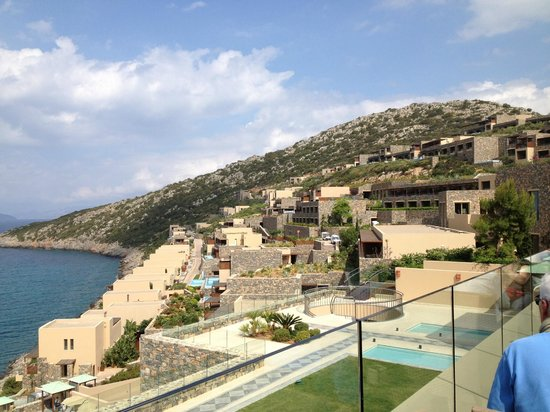 Daios Cove Luxury Resort & Villas: Vue depuis la terasse au sommet de l'hotel