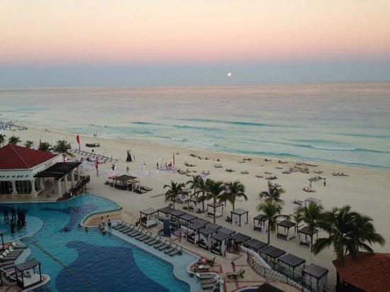 Hyatt Zilara Cancun : moonrise over sea