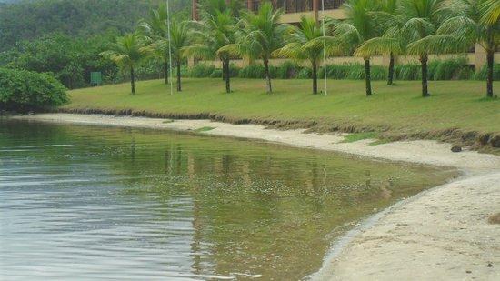 Promenade Angra dos Reis : Agua con suciedad de la marina, en la pretendida playa
