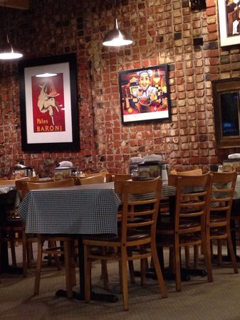 Fultano's Pizza: Warm and inviting dining.