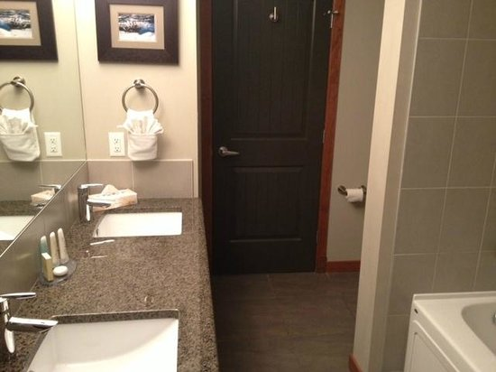 StoneRidge Mountain Resort: Double vanity, plus toilet around the bend on the right