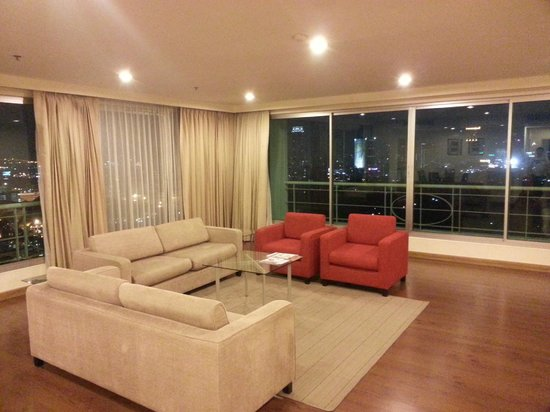 Somerset Lake Point Bangkok : Living