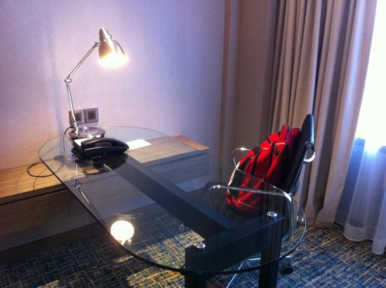 Renaissance Johor Bahru Hotel: Desk and internet access point