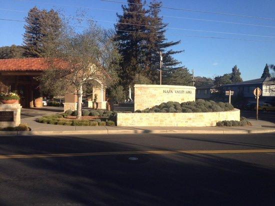 Napa Valley Lodge: Entry on Madison and Washington Streets.