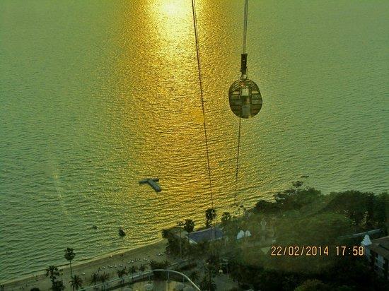 Pattaya Park Tower : van uit de toren kan je ook met de kabel baan naar beneden