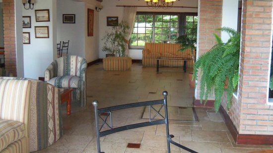 Hotel Sierra Nevada: Sala de estar con vista a jardines