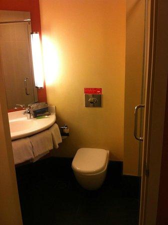 ibis Singapore Novena: Bathroom