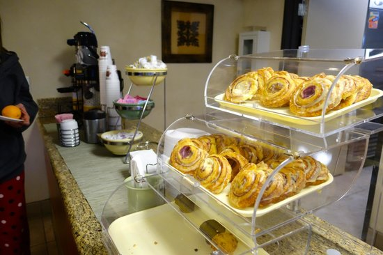 Quality Inn & Suites - Anaheim Resort: Breakfast is included - muffins and danishes