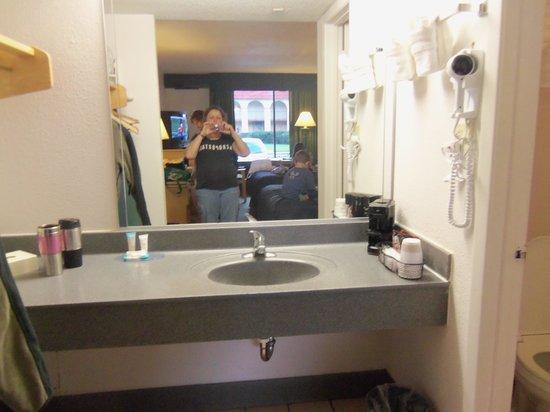 Maingate Lakeside Resort: sink area