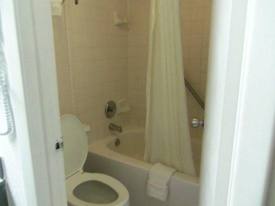Maingate Lakeside Resort: bathroom