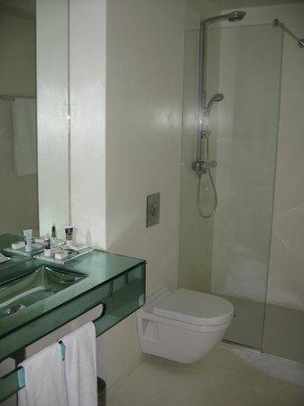 Hotel Santo Domingo Madrid : No door on shower, so water sprays on to the floor