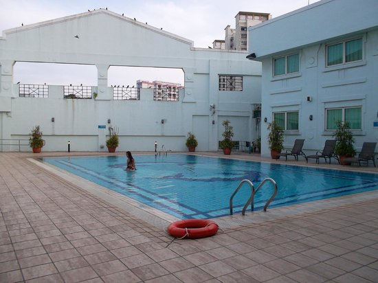 Hotel 81-Tristar: swimming pool in the morning