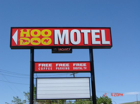 Hoo-Doo Motel : new sign