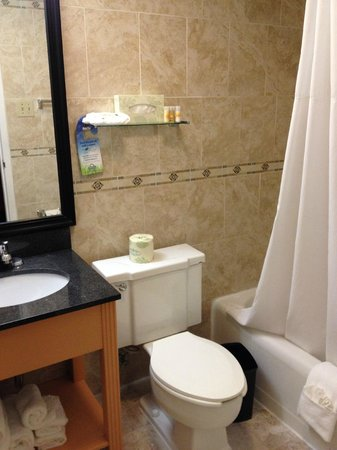 Days Inn Washington DC / Connecticut Avenue: The small, but functional bathroom (Room 404)