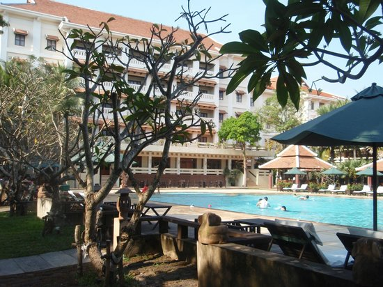 Royal Angkor Resort & Spa: ホテルの北側からプール越しに建物、国道6号線は建物の南です